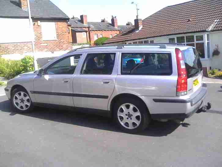 Volvo V70 estate 2001 2.5 petrol manual in silver with towbar, long MOT, Leather